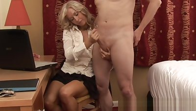 Glam CFNM milf gives a pleasurable handjob
