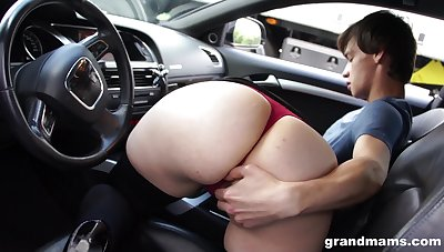 Bootylicious mature woman sucking hitchhiker's cock in the matter of her car