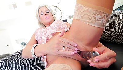 Mature whore toys her Victorian cunt on webcam