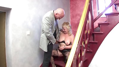 Saggy tits blonde mature spreads her hooves to have dirty sex