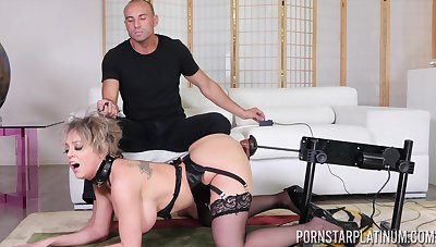 Fucking machine warming Dee with before fucking and that MILF is so amoral