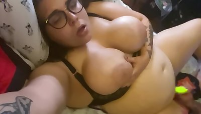 Oiled Beamy Pussy Fucked With Big Trinket