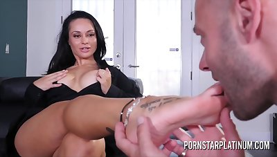 Foot fetish enjoyment leads to some passionate hardcore fuck