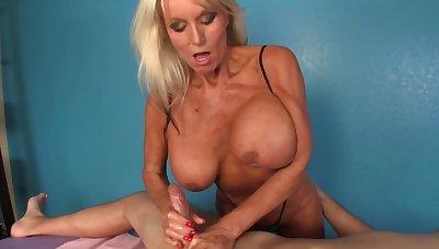 Mature masseuse with huge boobs gladdens the beggar with a handjob
