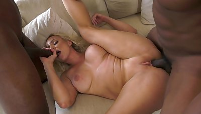 Dazzling blonde shakes them huge black dicks in the same way as a pro